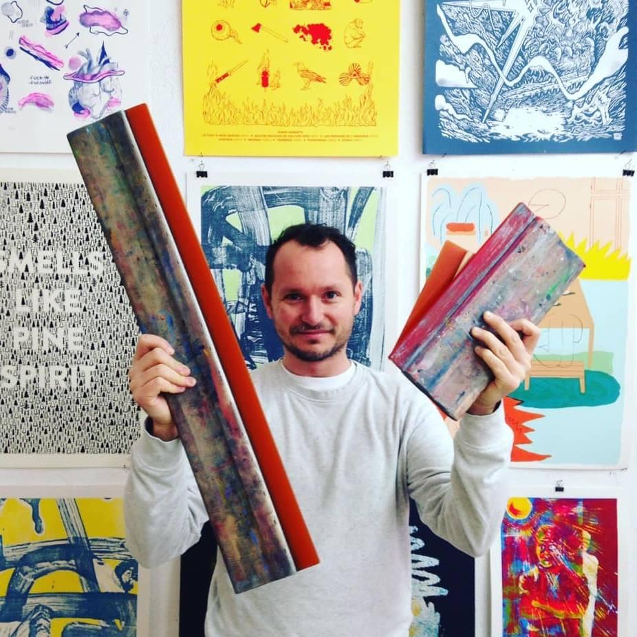 Ben Sanair con le sue serigrafie